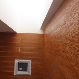 Ốp tường giả gỗ mang phong cách hiện đại