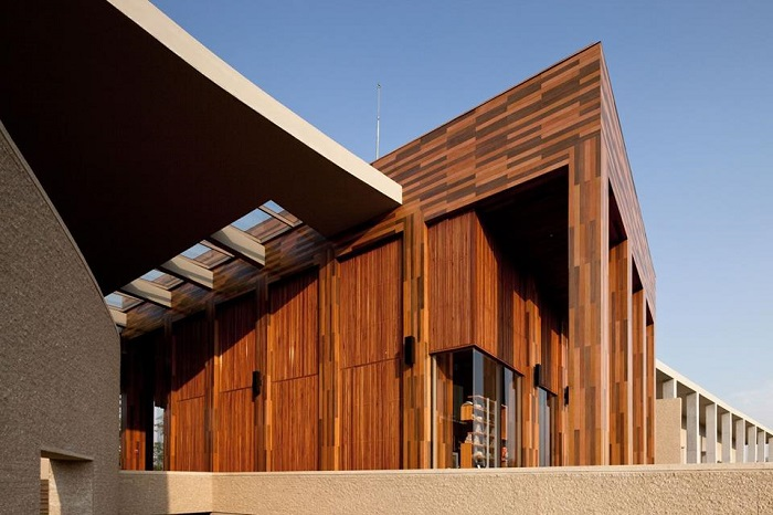 Tất Phú trung tâm phân phối và thi công ốp tường giả gỗ smartwood.