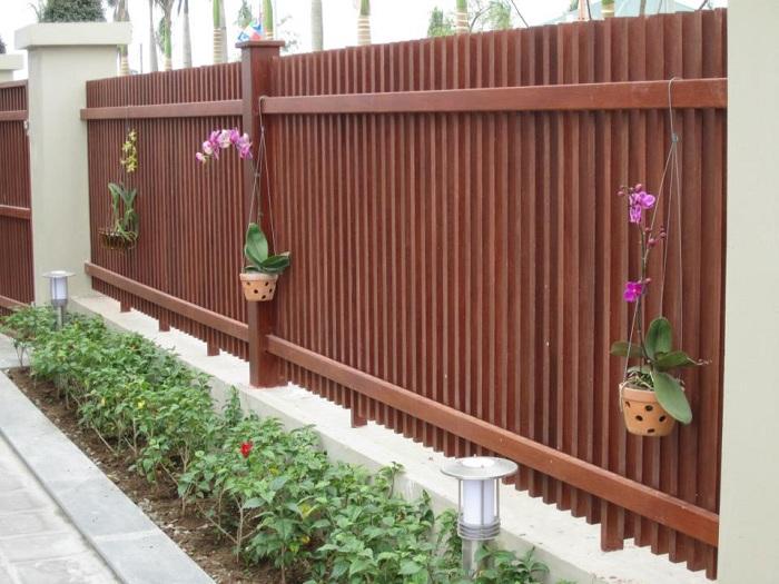 Hàng rào giả gỗ phong cách sang trọng và cổ điển