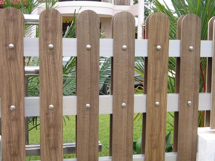 Vì sao nên sử dụng hàng rào giả gỗ và những ưu điểm nổi bật là gì?