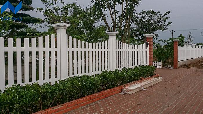 Tường rào giả gỗ thì lựa chọn vật liệu nào phù hợp.