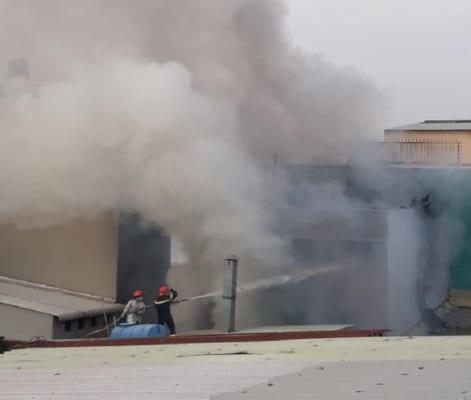 Lực lượng phòng cháy chữa cháy phun nước vào đám cháy